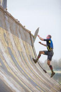 Athlet beim Versuch, die Quater Pipe hinauf zu laufen