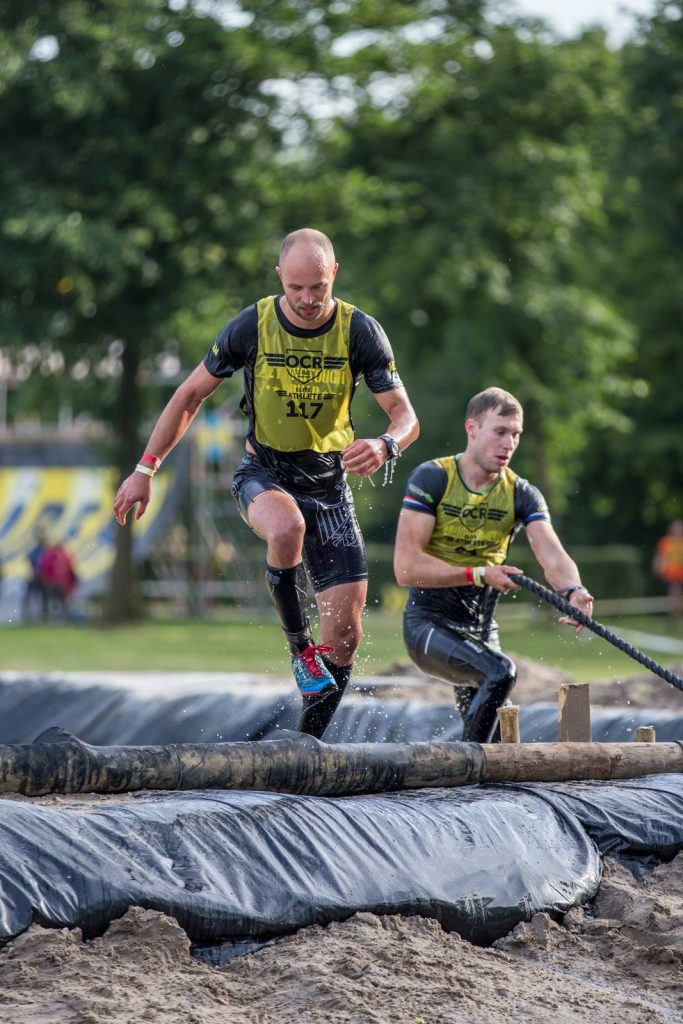 Zwei Athleten steigen aus einem Wasserbecken