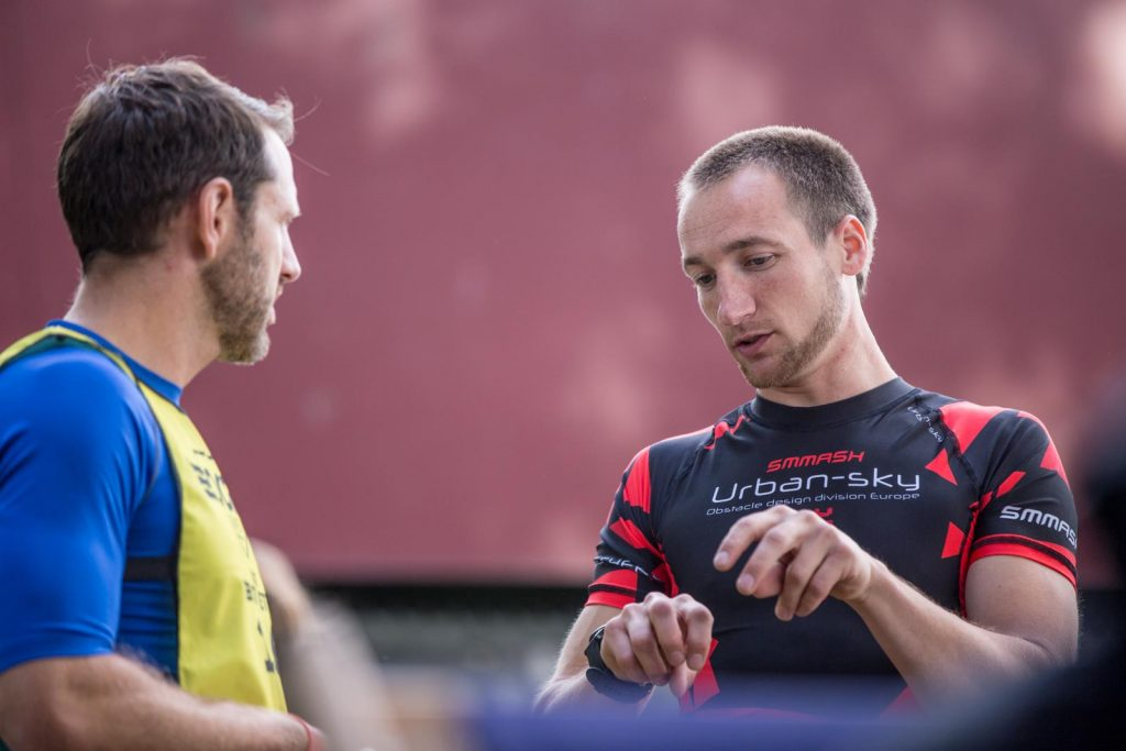 Zwei Athleten unterhalten sich kurz vor dem Rennen