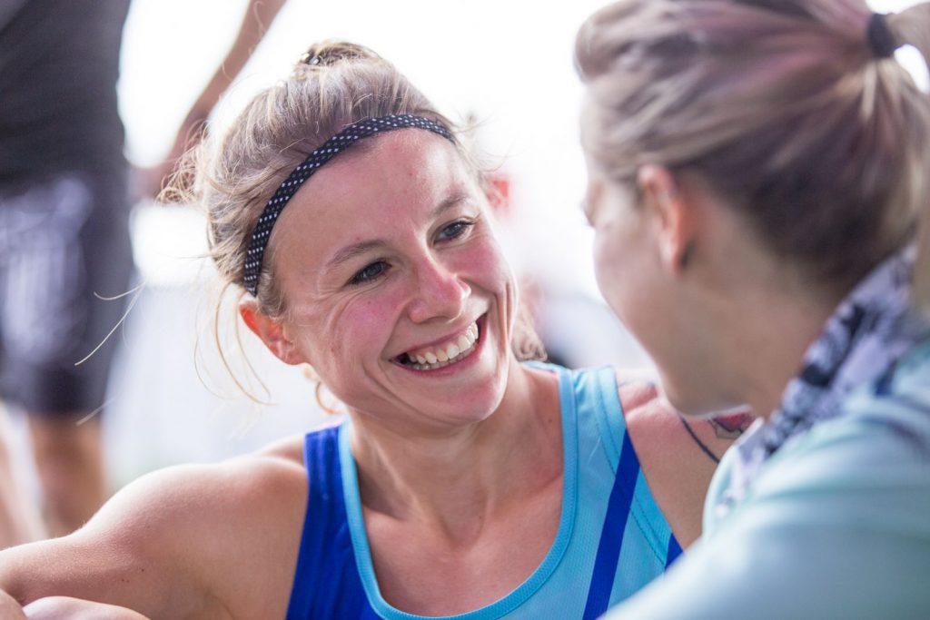 Zwei Athletinnen lachen miteinander